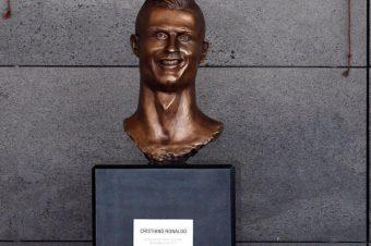 … Um busto de homenagem (que parece um susto de homenagem)