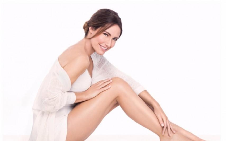 Fernanda Serrano sorri em fotografia de estudio