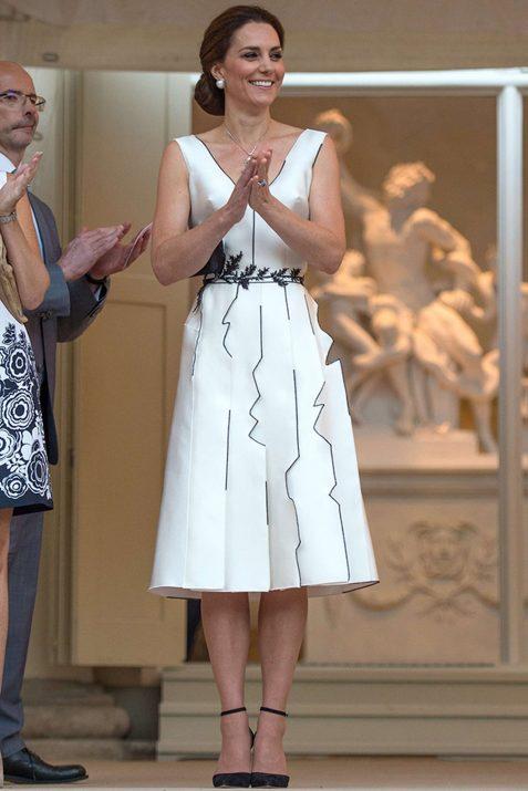 Kate Middleton usa vestido irreverente