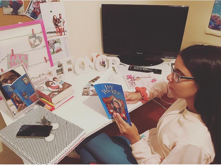 Leonor Ramos lê um livro