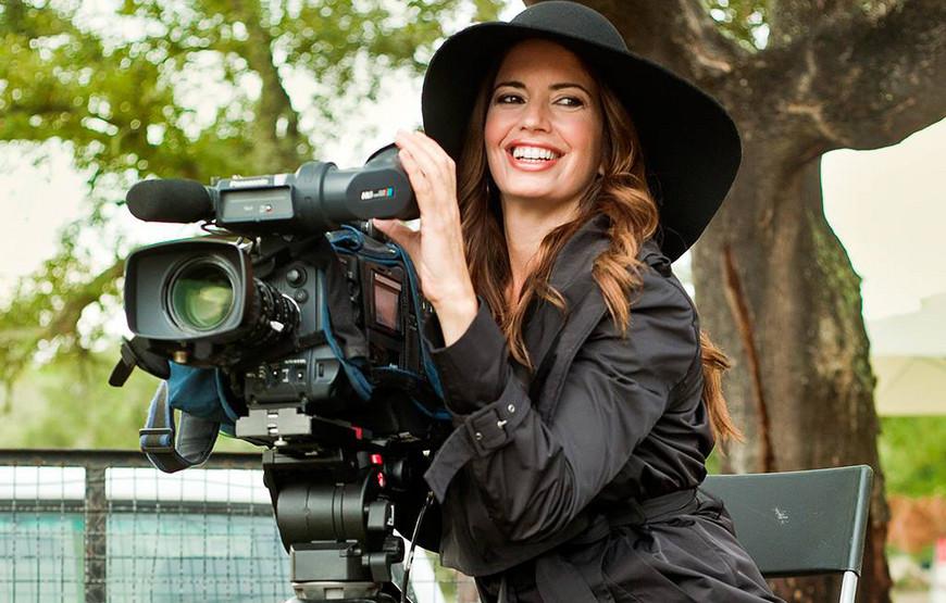 Barbara Guimaraes com camara de filmar