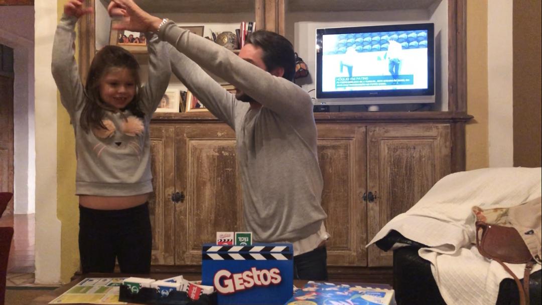 Claudio Ramos e filha a jogar Gestos