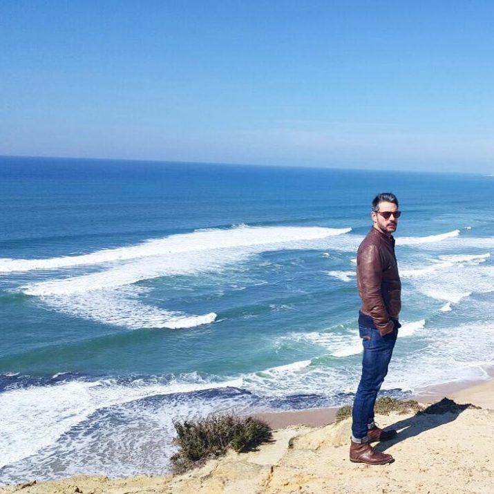 Claudio Ramos em frente ao mar